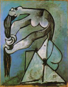 Femme nue se tordant les cheveux