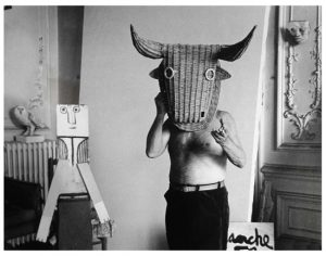 1960_Picasso_with_Mask